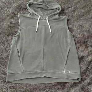 Cut off sleeve hoodie